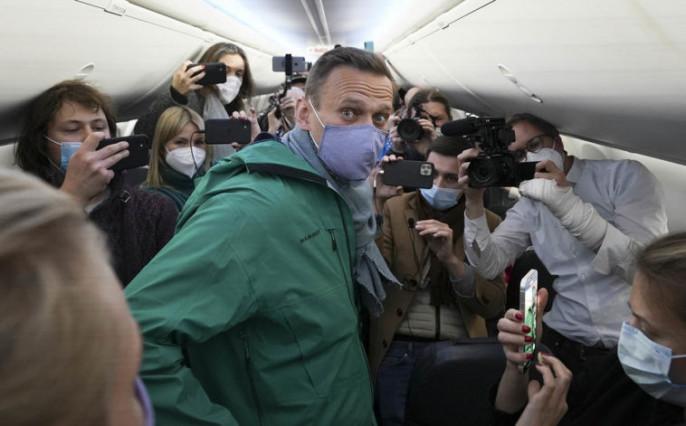17 января в Берлине чету Навальных доставили в аэропорт на бронированной правительственной машине с мигалкой в сопровождении полиции.