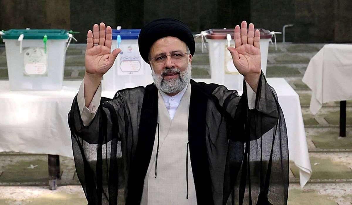 `Господин Раиси крайне популярен в Иране. Он один из немногих иранцев, в ком удачно сочетаются максимальная духовность и образованность, а также политическая хватка, опыт и ясное осознание того, в какой ситуации находится страна.