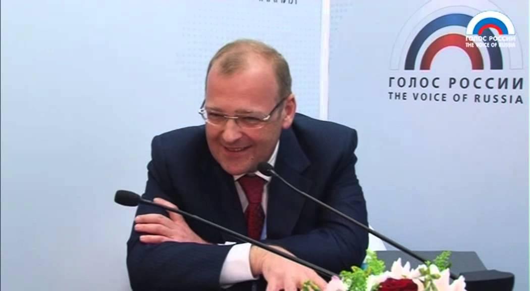 Анатолий Владимирович Тихонов родился 13.06.1969 в Москве. В восемнадцатилетнем возрасте был судебным секретарём Военного трибунала Московского гарнизона.