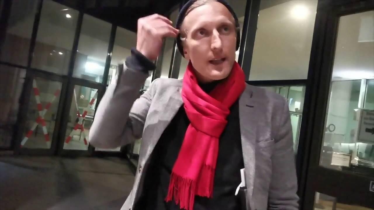 К настоящему моменту лидером антикарантинных протестов в Германии стал 39-летний Аттила Хильдманн.