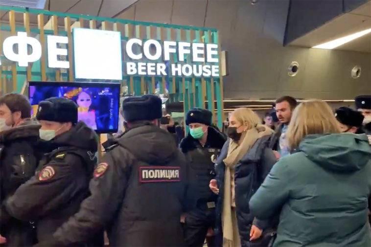 После приземления Навальный доехал на автобусе до терминала и объявил журналистам: `Я прилетел и могу сказать, что я совершенно счастлив, что прилетел.