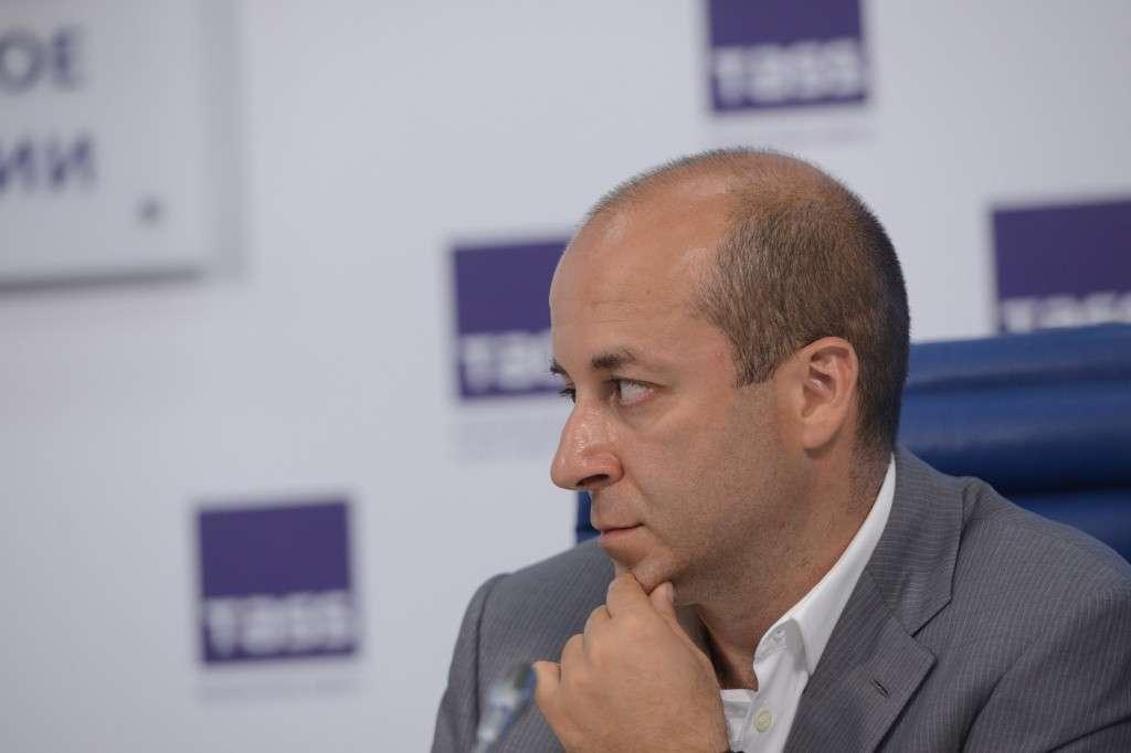Пресс-секретарь Президента РФ Дмитрий Песков считает решение некоторых регионов о введении обязательной вакцинации ` абсолютно правильными ` (` Это моя личная точка зрения.