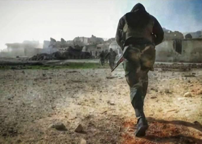 Показывают свою девушка в военной форме села на корточки обтянутые трусики