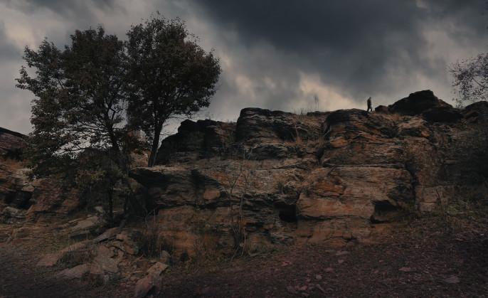 В 2019 году вышел фильм «Замысел», произведенный студией «Донфильм». Это первый художественный фильм, снятый Донбассом. Фильм сам по себе загадочен, наполнен метафорами и символами. Не менее загадочен его создатель, о котором почти ничего неизвестно, как неизвестно и о самой студии «Донфильм» – она или еще не существует, или существует в каком-то ином измерении. При этом сам фильм уже успели показать и в Большой России (Москва, Питер, Сибирь, Черноземье, Урал), и в Донецкой Республике. История и обстоятельства интервью, которое публикуется ниже, достаточно странные. Связаться с автором фильма, который в титрах обозначен как «Дмитрий Зодчий», было непросто, и все же мне удалось. Я вышел на помощника режиссера, который согласился устроить разговор с автором. Для встречи меня попросили приехать в определенное место на трассе, там меня встретил фиолетовый `Москвич` и повез куда-то в донецкую степь, которая, как оказалось, таит в себе множество низин, расщелин и скал, и только издалека кажется ровной и гладкой. Через полчаса тряски по степи мы подъехали к какому-то гроту, в котором за столом сидел человек. Он предложил мне присесть. Нашу беседу, которая по ходу становилась еще более загадочной, чем дорога к ней, публикую здесь без изменений.